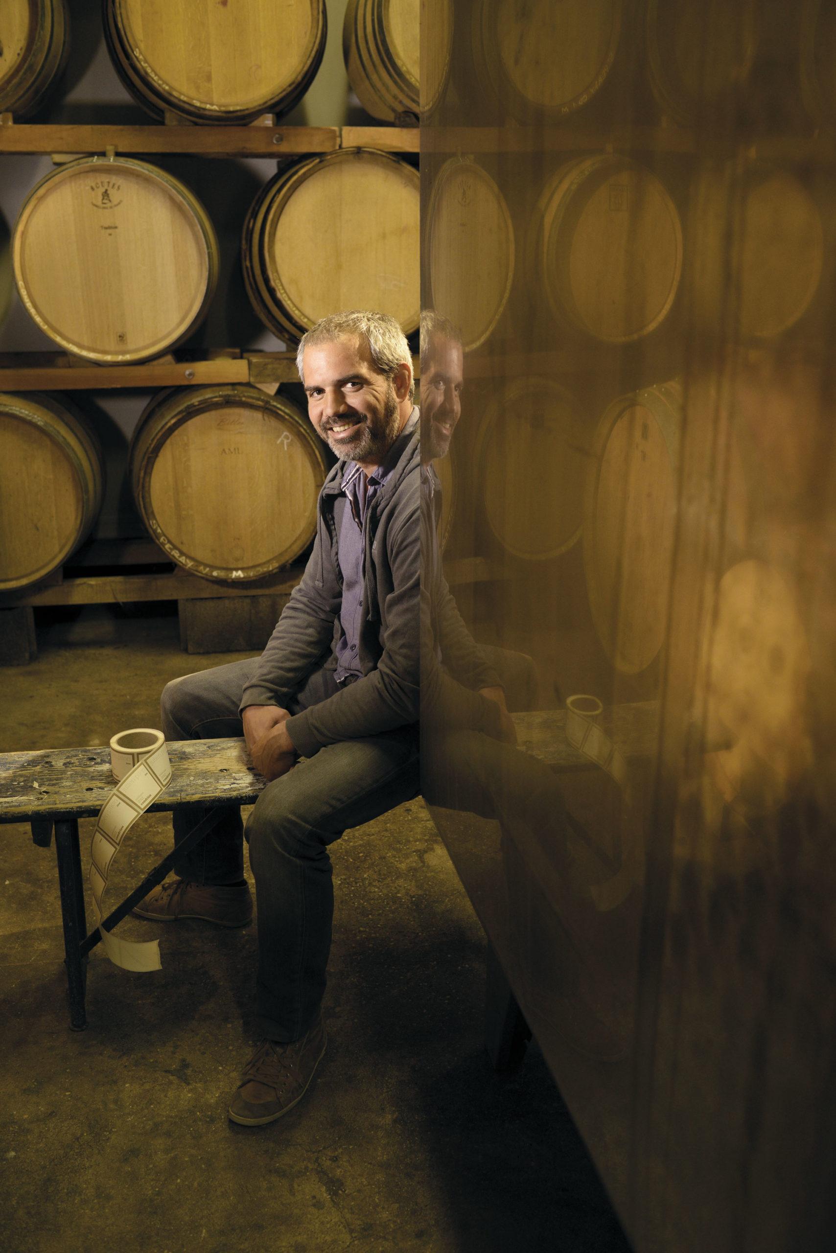 Un portrait de Julien PILON viticulteur dans sa cave