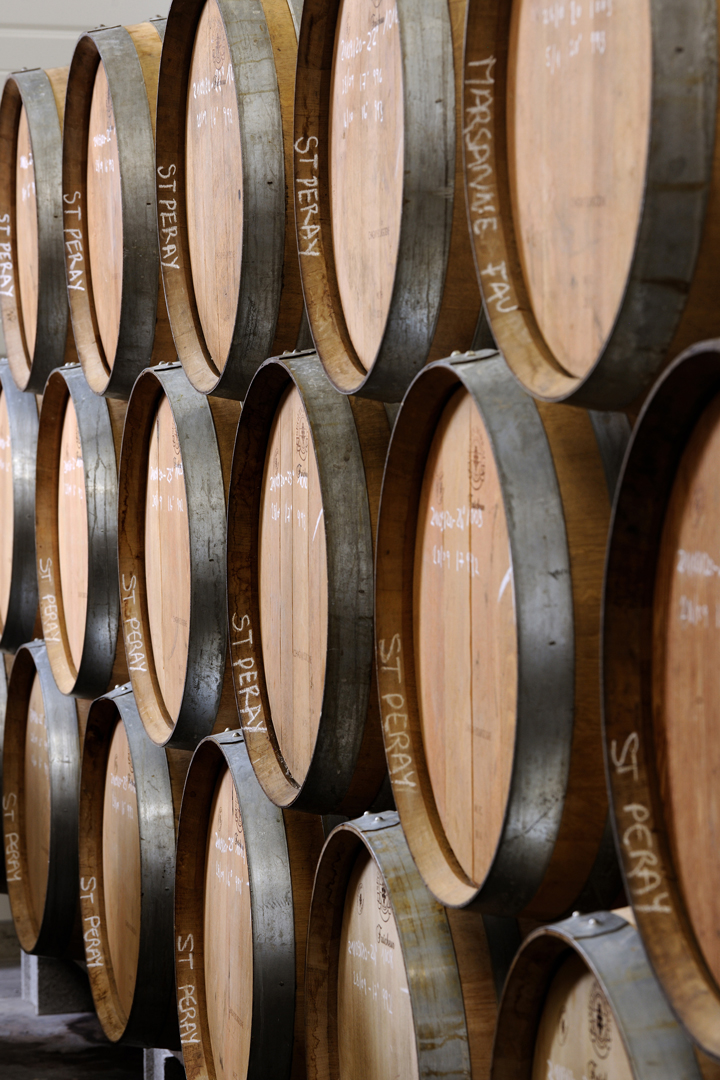 Les tonneaux de vin en bois à la cave Julien Pilon