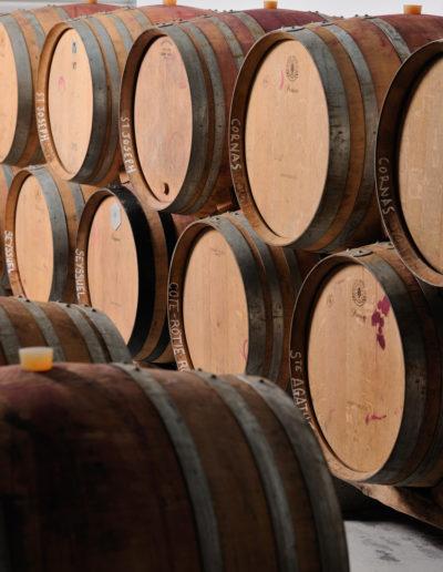 Les tonneaux de vin de la cave Julien Pilon