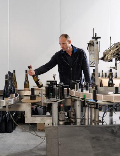 Étiquetage des bouteilles de vin